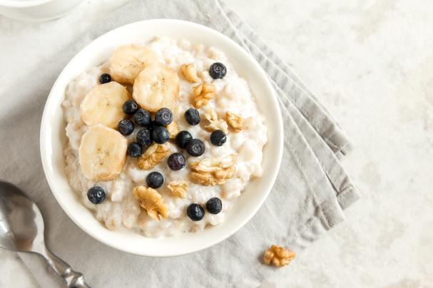 Oatmeal with bananas and blueberries