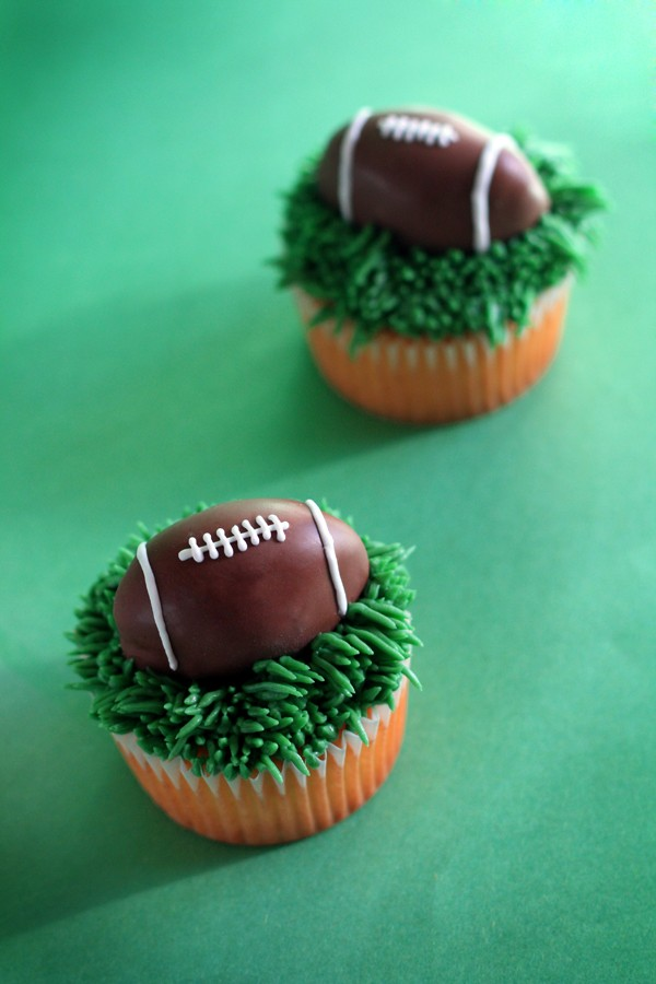 Football Pops : Everyone loves cake pops, and these football-shaped ...